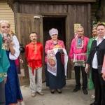 Гости на тематической свадьбе в древнерусских костюмах