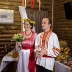 Молодожены в древнерусских костюмах на тематической свадьбе.