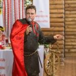 Ведущий Роман Глуховский в костюме древнерусского дружинника