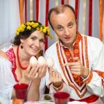 Молодожены с яйцами на свадьбе в стиле Древняя Русь
