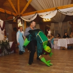 Ведущий на свадьбу в Волгограде Роман Глуховский, танец с ростовой куклой
