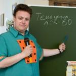 Ведущий Роман Глуховский объясняет новую тему на юбилее